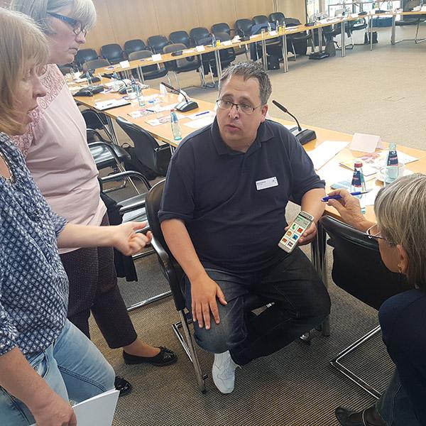 Thomas Schatz und Julia Bruns haben am Vernetzungstreffen der Seniorentechnikberater in Villingen-Schwenningen im Schwarzwald-Bahr-Kreis teilgenommen. Das Treffen fand am 24. April statt.