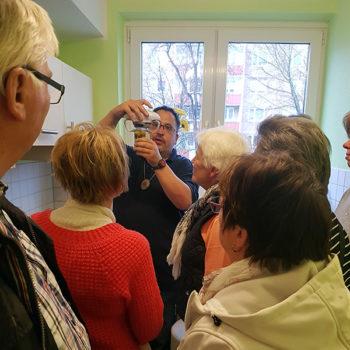 Mitglieder der Rheuma-Liga Wernigerode lassen sich von Senioren-Technik-Berater Thomas Schatz durch das Real-Labor für Technikakzeptanz und Soziale Innovation (TAKSI) in Wernigerode führen.