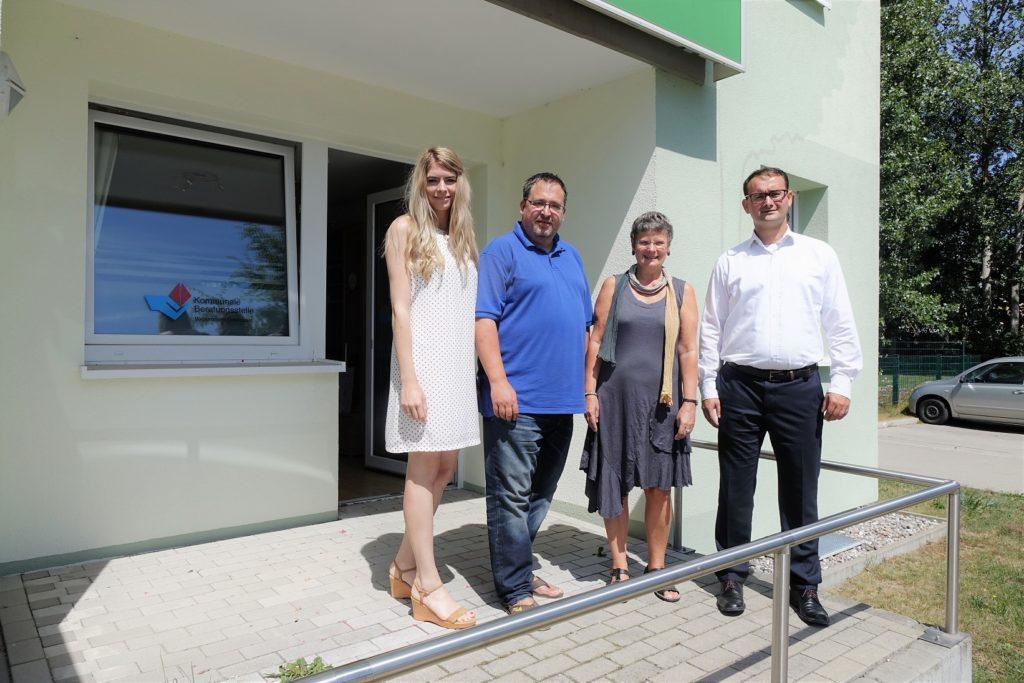 VTTNetz-Team zu Besuch in Greifswald, von links: Julia Bruns, Thomas Schatz, Birgit Apfelbaum ließen sich von Technikberater André Huysmann die Smarte Wohnung in Greifswald zeigen.