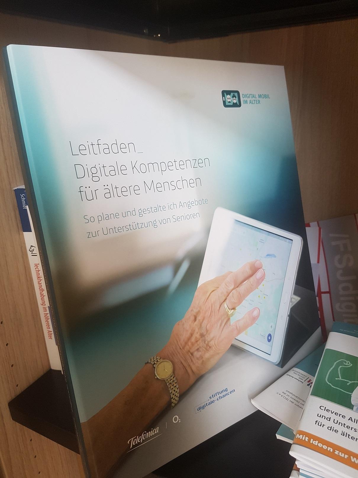 """Der Leitfaden """"Digitale Kompetenzen für ältere Menschen"""" der Stiftung Digitale Chancen in Berlin wurde von Herbert Kubicek und seinem Team ausgearbeitet."""