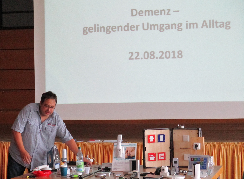 Thomas Schatz bei seinem Vortrag über technische Unterstützung für Demenzerkrankte in Meiningen.