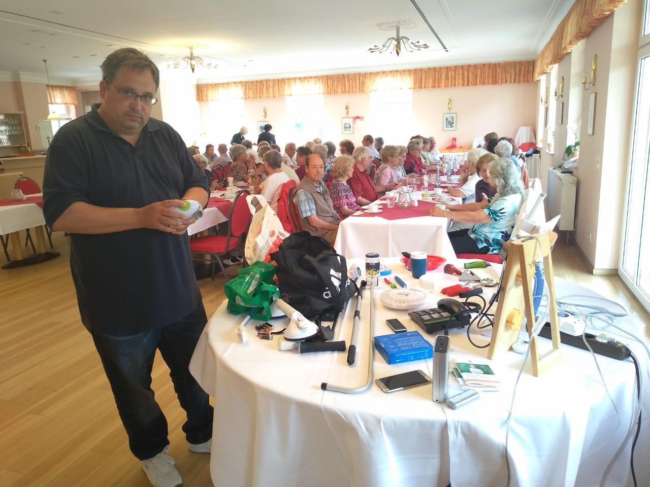 Thomas Schatz präsentiert in Thale vor dem Seniorenverein praktische Alltagshelfer.