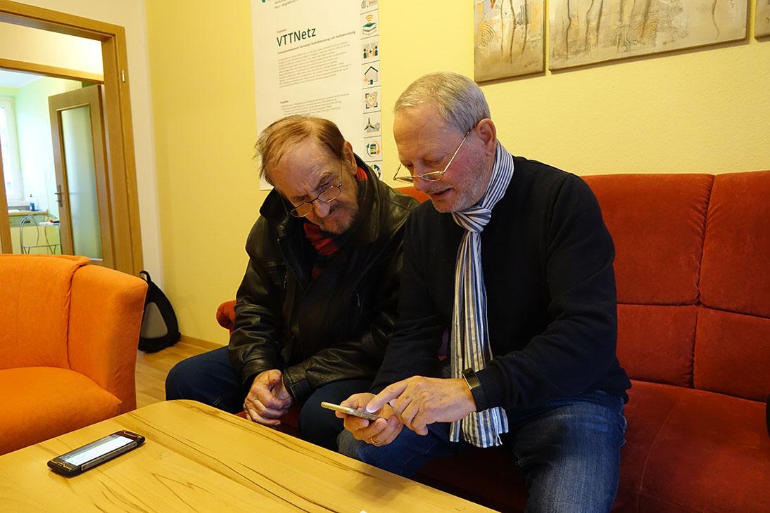 Otto Hosbach möchte sein W-LAN-Signal verstärken. Der 80-Jährige ist in die Beratung in der TAKSI-Zentrale in Wernigerode, Kopernikusstraße 8, gekommen.