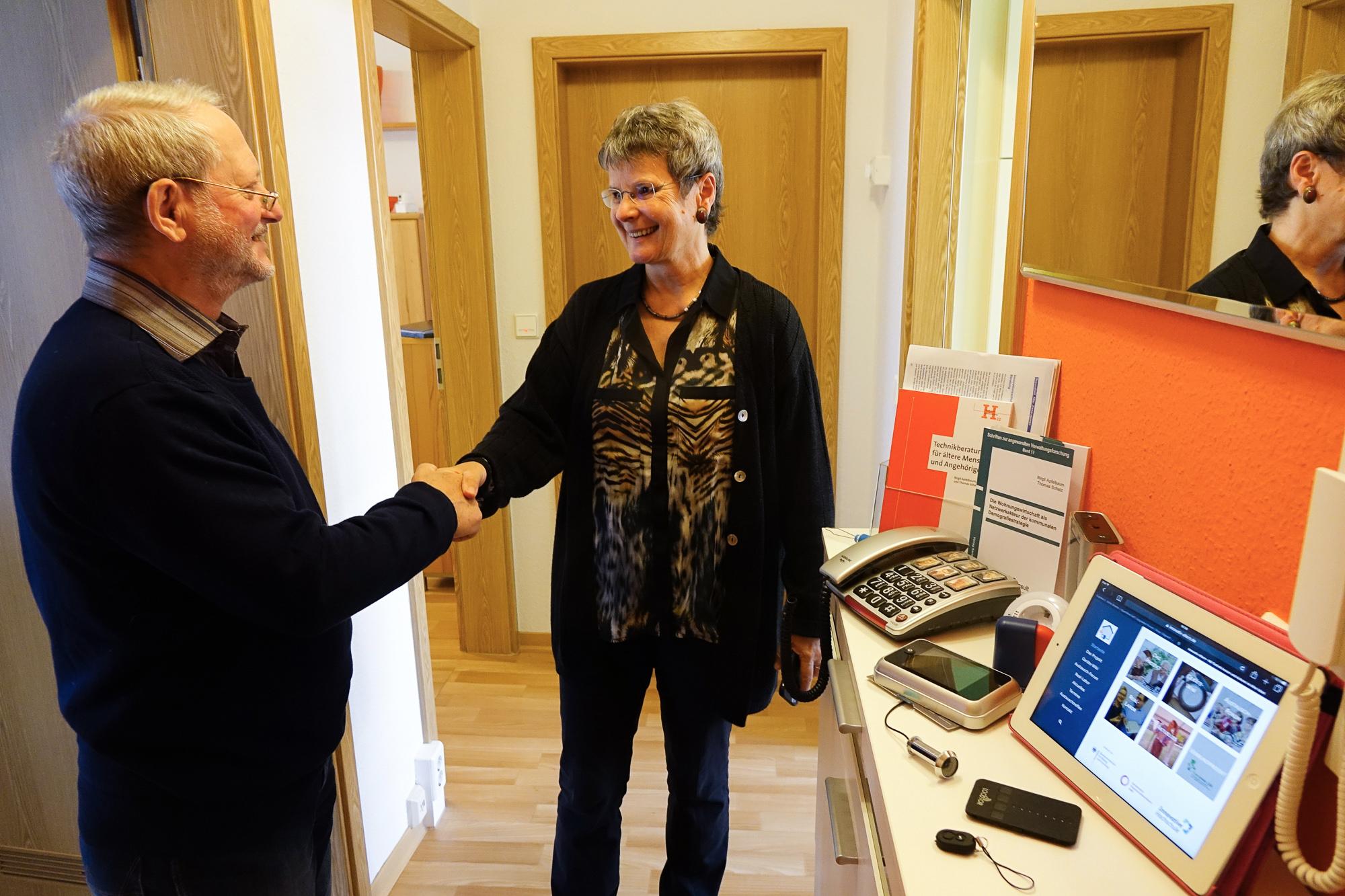 Birgit Apfelbaum, Projektleiterin von VTTNetz, begrüßt Rolf-Hartmut Dörge, den ersten ehrenamtlichen Senioren-Technik-Berater in Wernigerode.