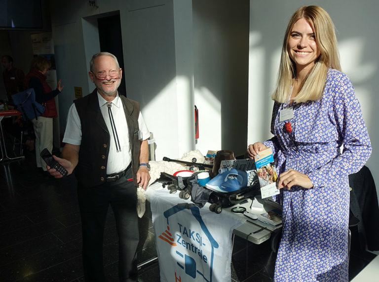 Rolf Dörge von der Wernigeröder Seniorenvertretung und Julia Bruns vom Projekt VTTNetz präsentierten allerhand Nützliches für Ältere auf Reisen.