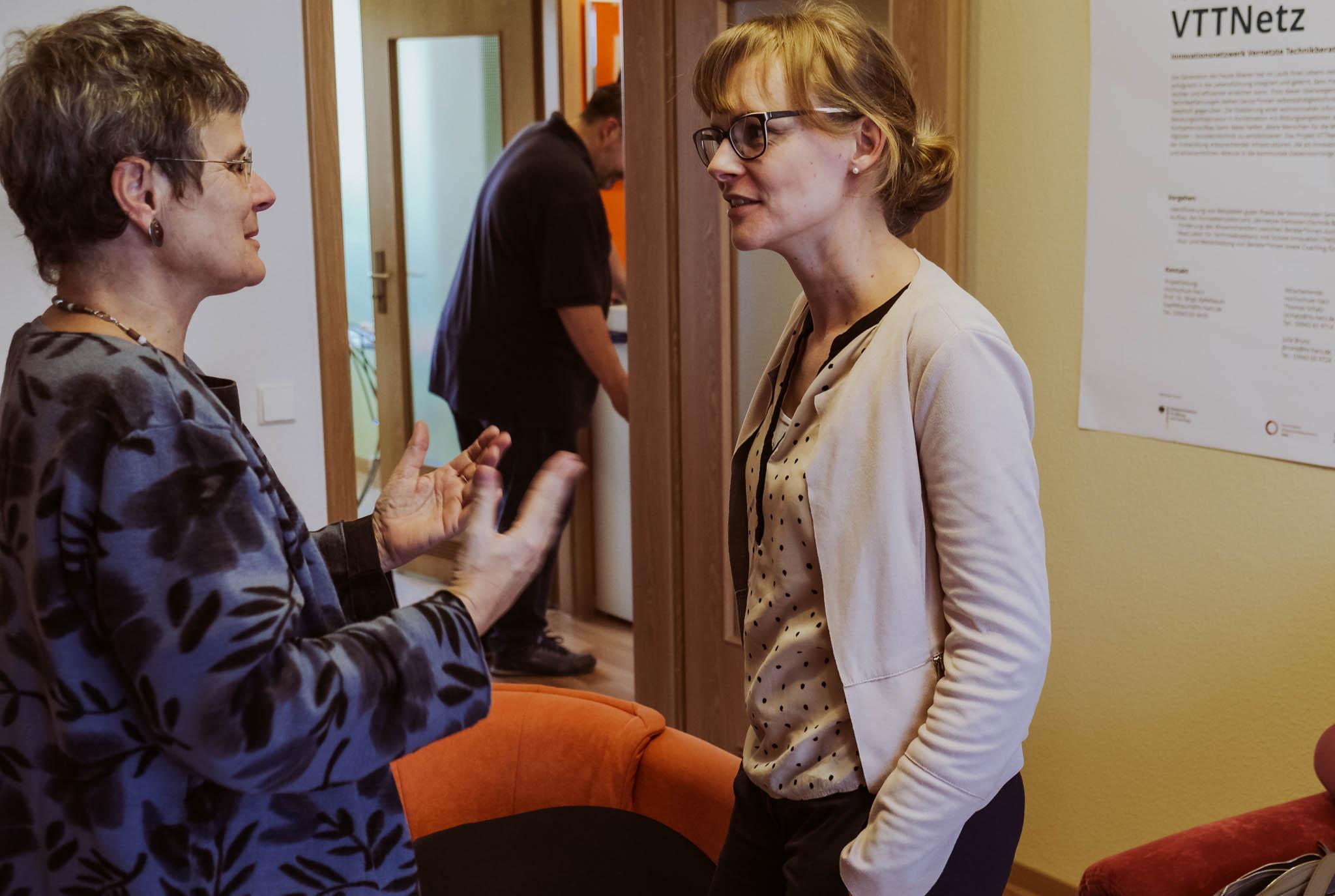 Projektleiterin Birgit Apfelbaum (links) und Isabell Koch im Gespräch im Reallabor für Technikakzeptanz und Soziale Innovation in Wernigerode.