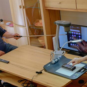 Thomas Schatz (links) und Eberhard Toepfer testen die Beratung unter den neuen Bedingungen zur Eindämmung des Coronavirus.
