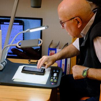 Eberhard Toepfer von der Seniorenvertretung der Stadt Wernigerode testet die Bedienung des Visualizers.