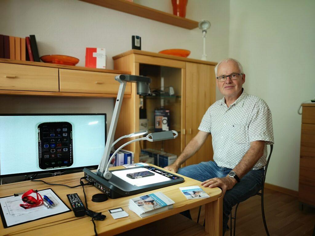 Klaus Jacobs beim Besuch in der TAKSI-Zentrale des Projektes VTTNetz.