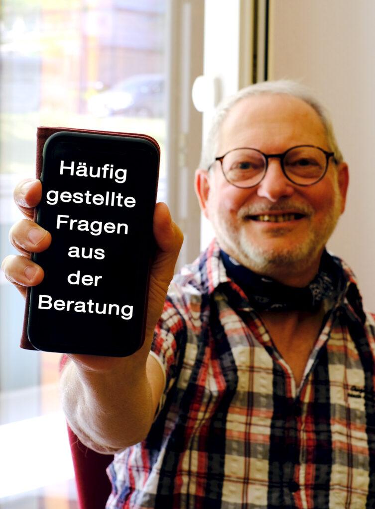 Rolf Dörge ist ehrenamtlicher Technikbotschafter in der TAKSI-Zentrale in Wernigerode